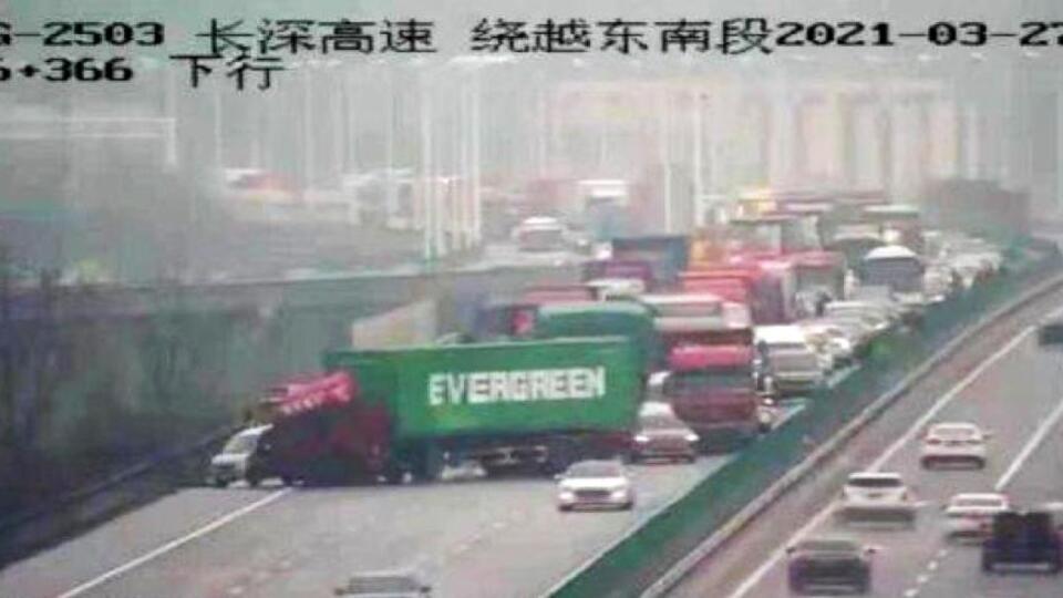 Совпадение  грузовик с контейнером Evergreen собрал пробку в Китае
