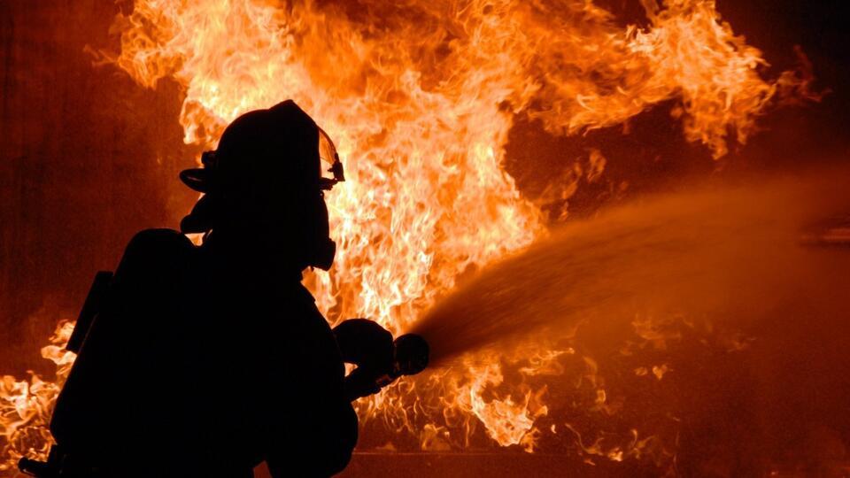 В Свердловской области горит торговый центр на площади 1 тыс. кв. м