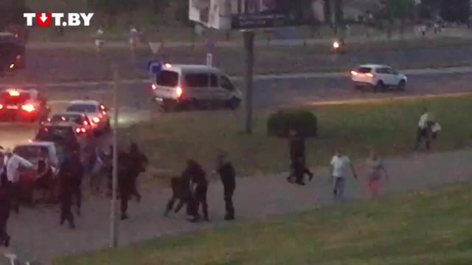 Автозак сбил человека в ходе протестов в Минске
