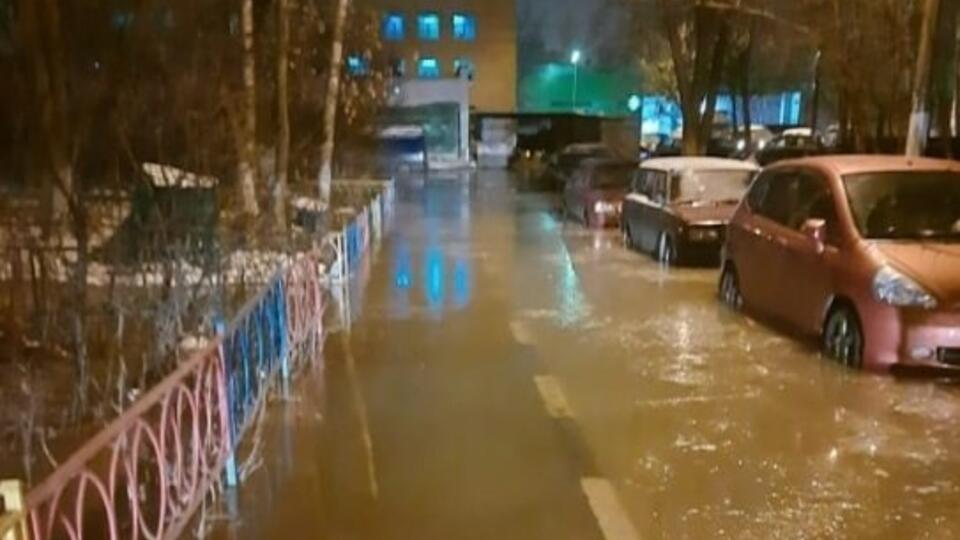 Балашиху затопило из-за прорыва трубы