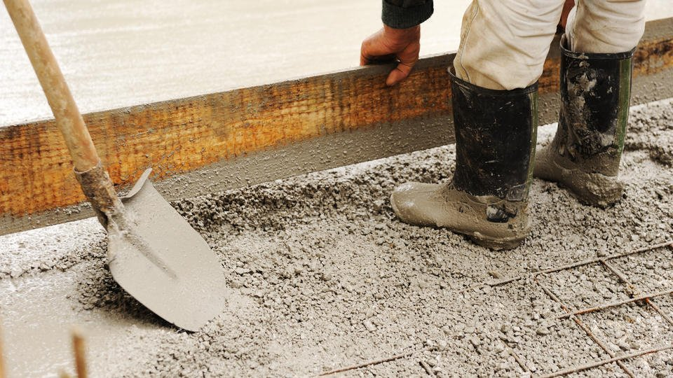 Замуровавшая сына в бетон оказалась известным в регионе политиком