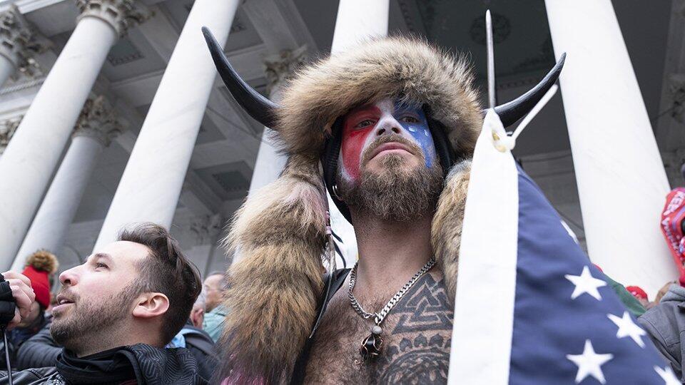 Штурмовавшему Капитолий викингу грозит до 20 лет тюрьмы