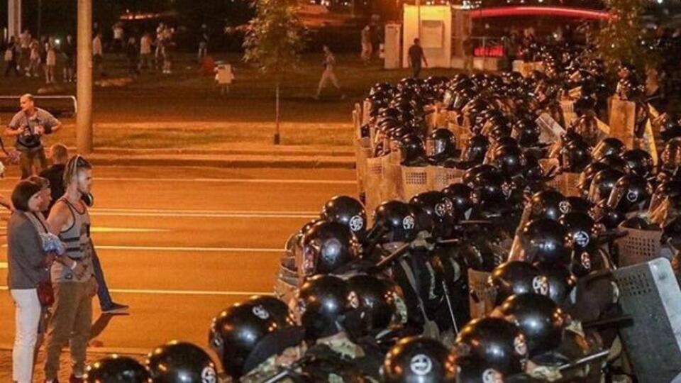 Баррикады, дубинки, газ: жесткие кадры стычек на протестах в Минске