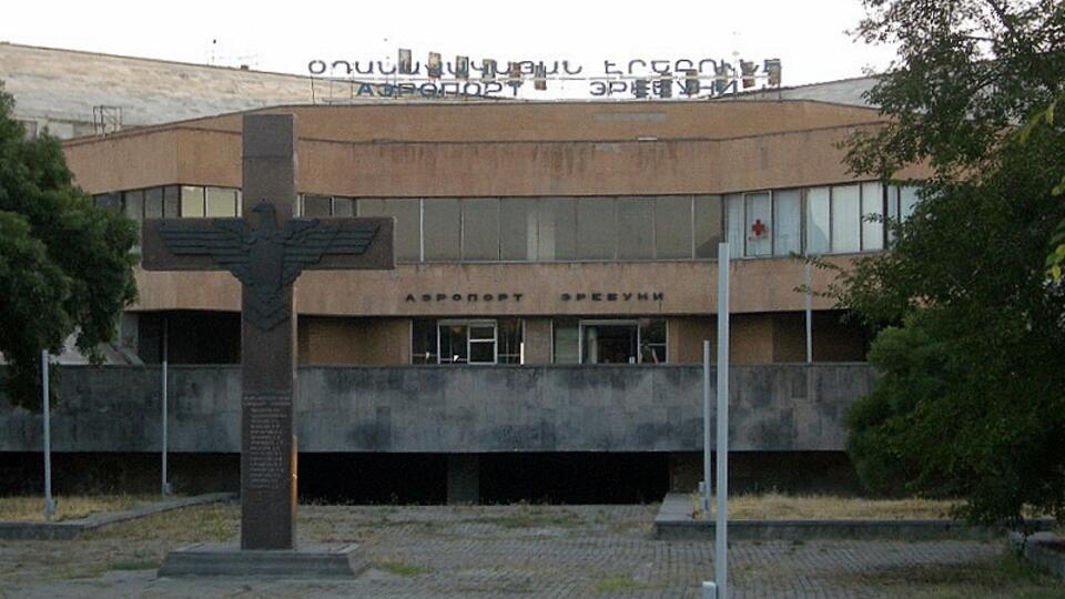 Самолет с 44 армянскими пленными сел в Ереване