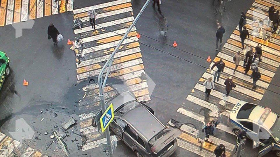 Светофор не для двоих: джип влетел в пешеходов на северо-западе Москвы
