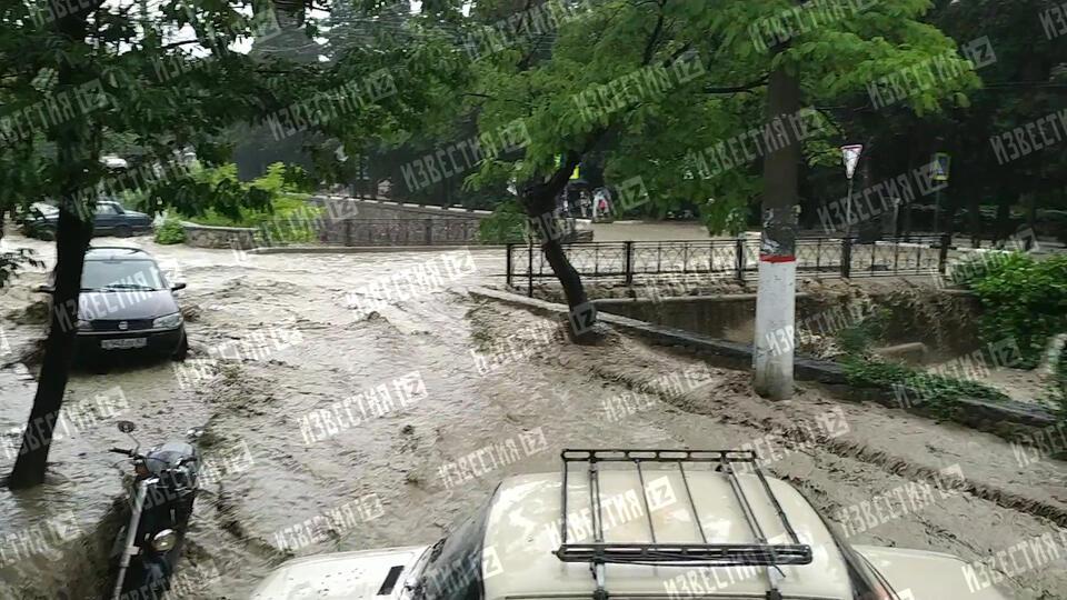 """""""Поплыла """"Мазда"""" Жекина"""": мощные потоки воды смывают машины в Ялте"""