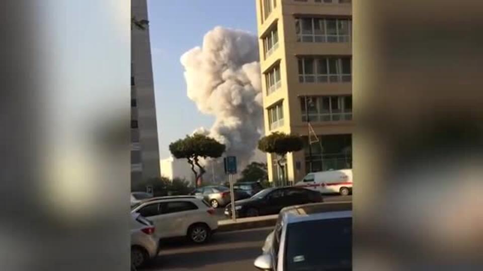 Густое облако дыма: появилось новое видео момента взрыва в Бейруте