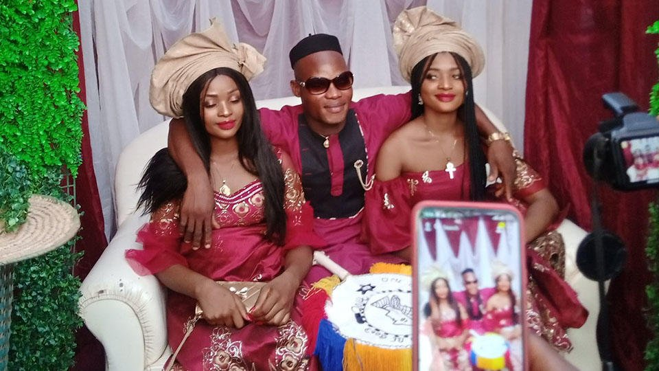 Близняшки-африканки вышли замуж за одного мужчину
