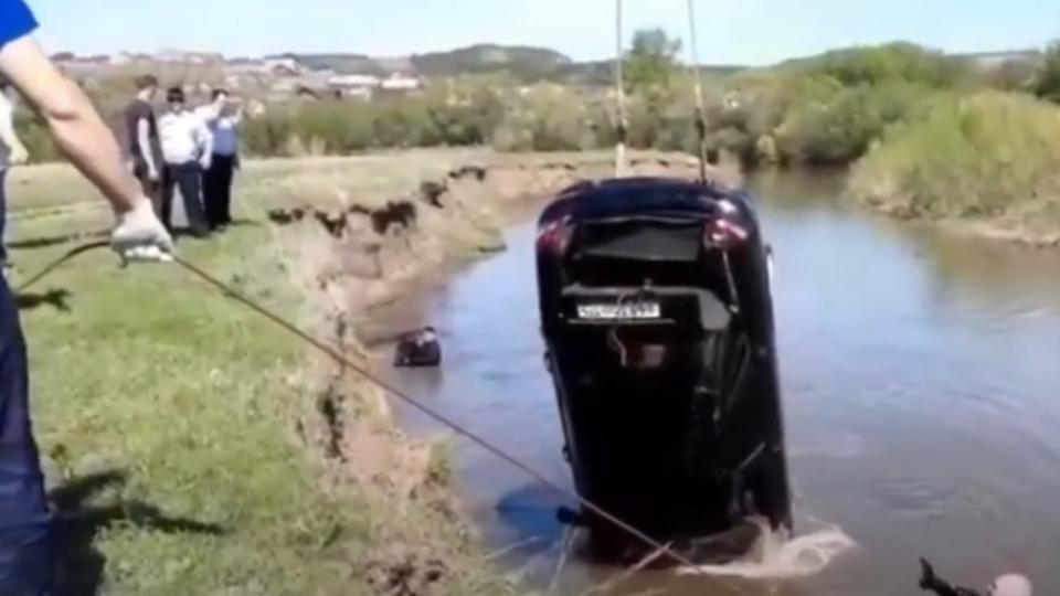 В Башкирии в реке нашли автомобиль с телами 2 человек