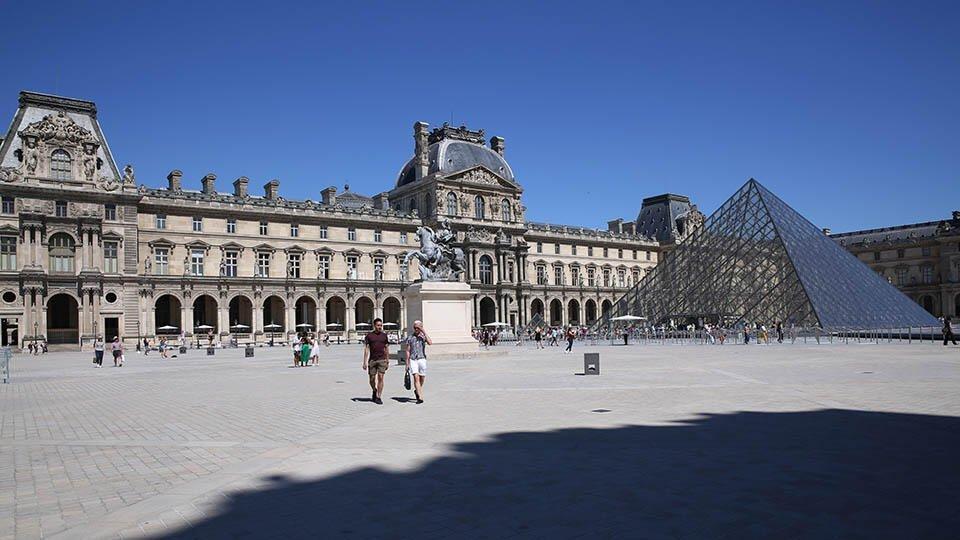 Посетитель Лувра пытался вернуть в Африку индонезийскую скульптуру