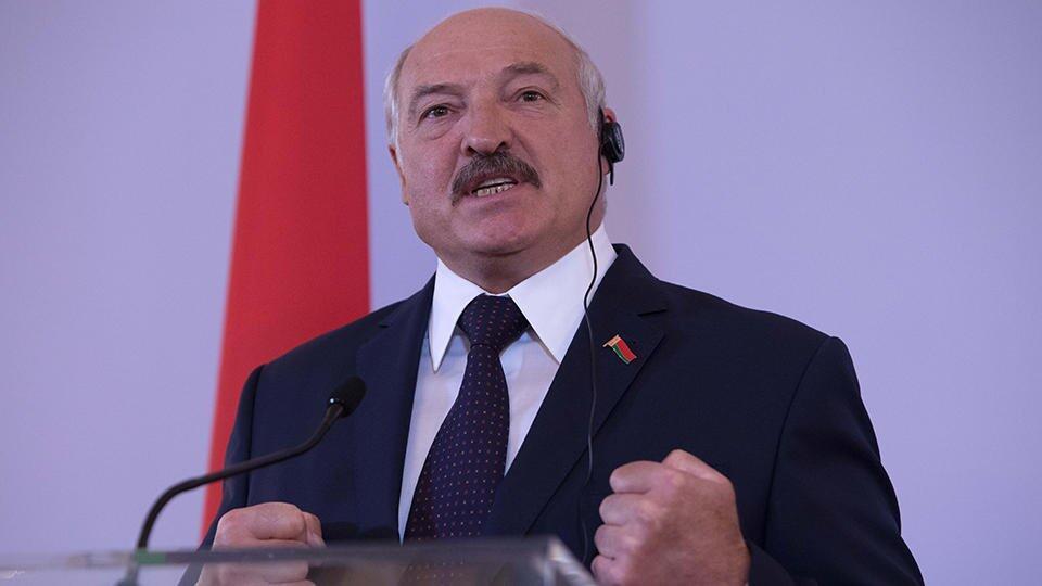 """Лукашенко похвалил белорусов, переставших ходить в масках """"где попало"""""""