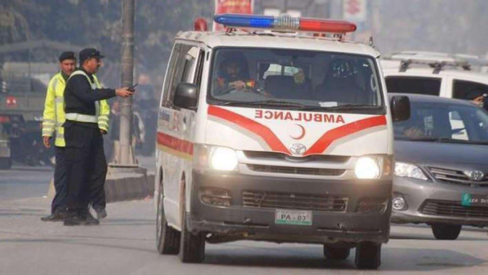 Более 10 человек погибли при падении фургона в канал в Пакистане