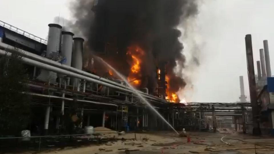 На заводе в Новом Уренгое вспыхнул мощный пожар