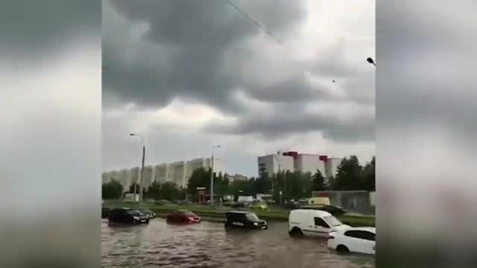 """""""Купальный сезон открыт"""": в Казани после ливня затопило дороги"""