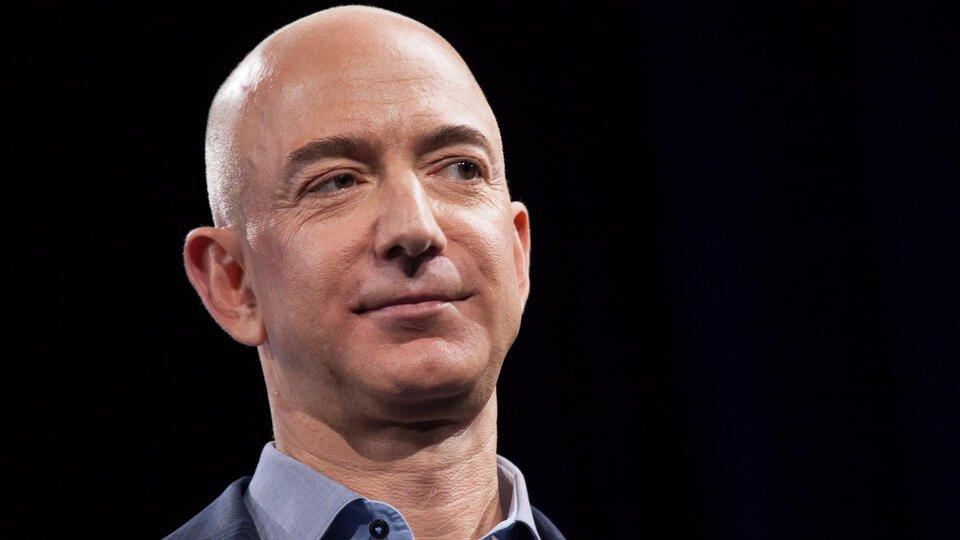 В США протестующие установили гильотину напротив дома главы Amazon