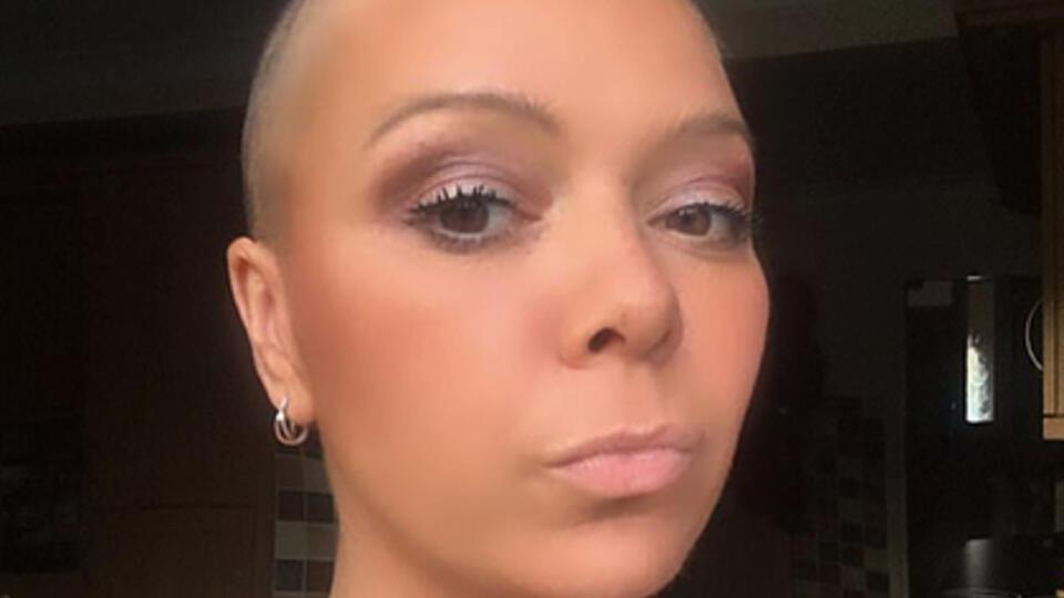 Женщина два года растила волосы после рака и лишилась их по вине детей