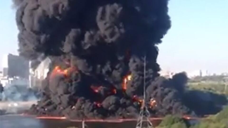 В районе Марьино загорелась Москва-река. ВИДЕО