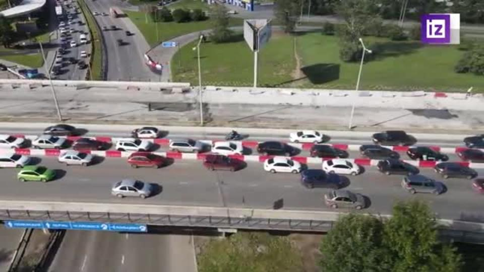 Огромная пробка образовалась в Екатеринбурге из-за ремонта дороги