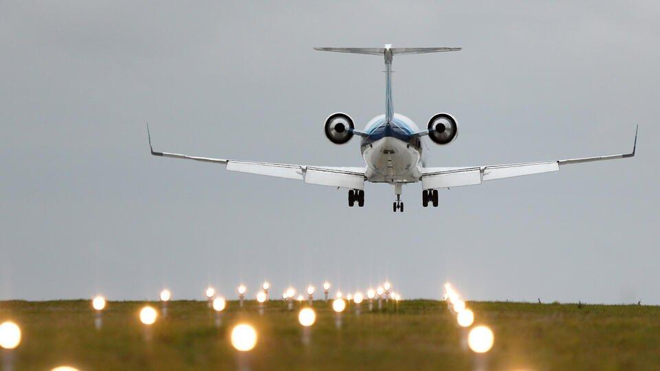 Российская стюардесса спасла грудничка от смерти на борту самолета