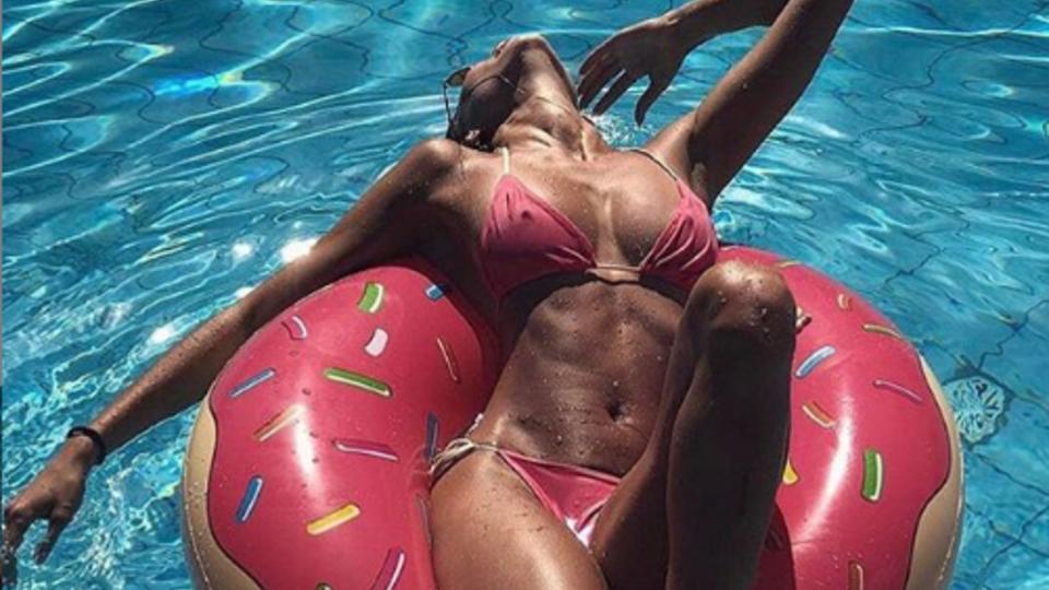 Мадемуазель обнажила прекрасное тело у бассейна
