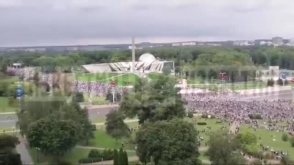 Сотни тысяч протестующих подходят к резиденции Лукашенко в Минске