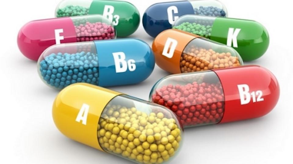 Врач объяснил, почему витамины не помогут в борьбе с COVID-19