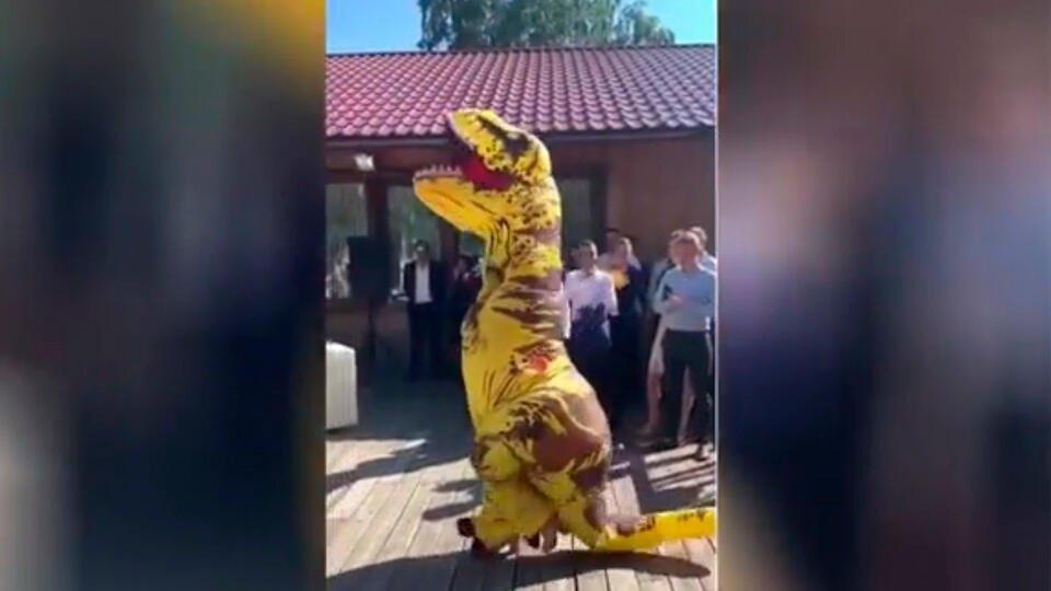 Невеста надела на свою свадьбу вместо платья костюм динозавра