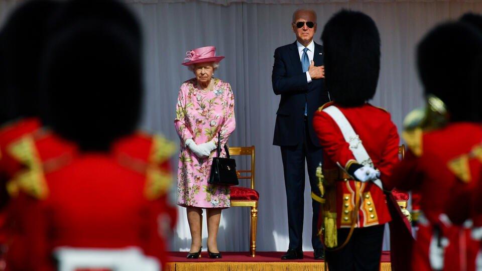 Байден пришел на прием к Елизавете II в солнечных очках