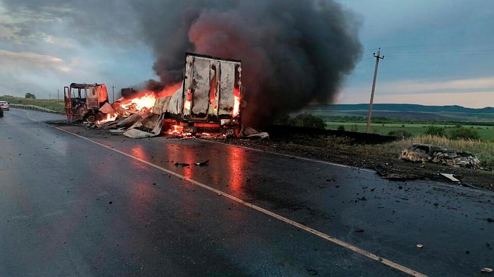 Люди сгорели заживо: легковушка разлетелась при столкновении с грузовиком