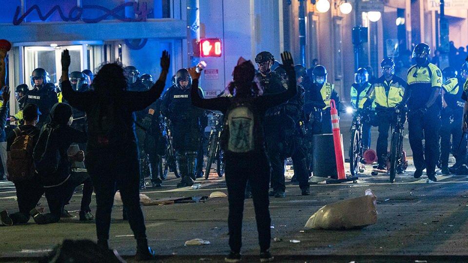 Массовые протесты в США переросли в драки протестующих с мародерами