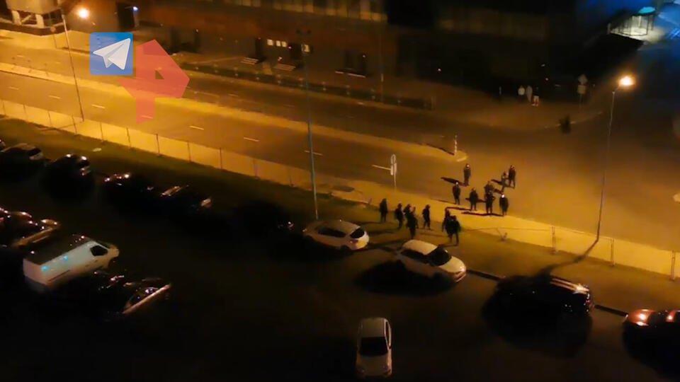 Видео: правоохранители обстреляли окна жилых домов в Минске