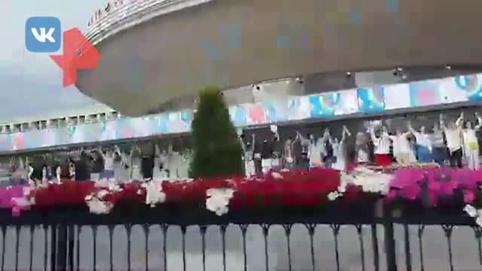 Видео: в Белоруссии протестующие с цветами выстроились в цепи