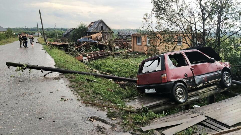 Видео: смерч рушил дома и убил скот под Кировом