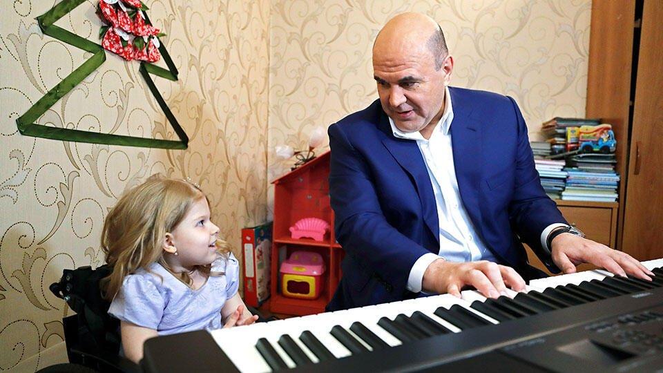 Мишустин сыграл на синтезаторе для 4-летней Нади