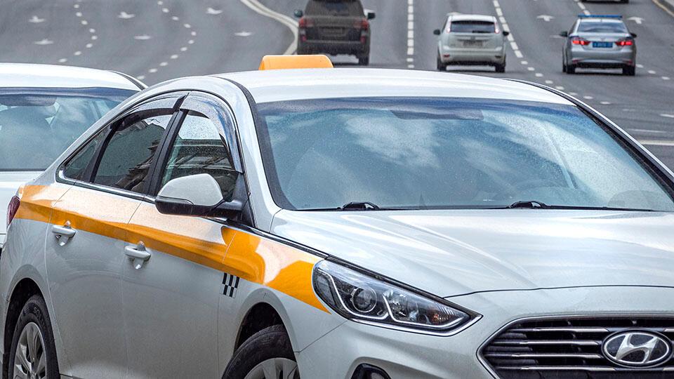 Пассажир напал на таксиста и угнал его авто в Ленобласти