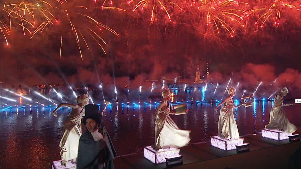Красочный салют увенчал празднование Алых парусов в Петербурге