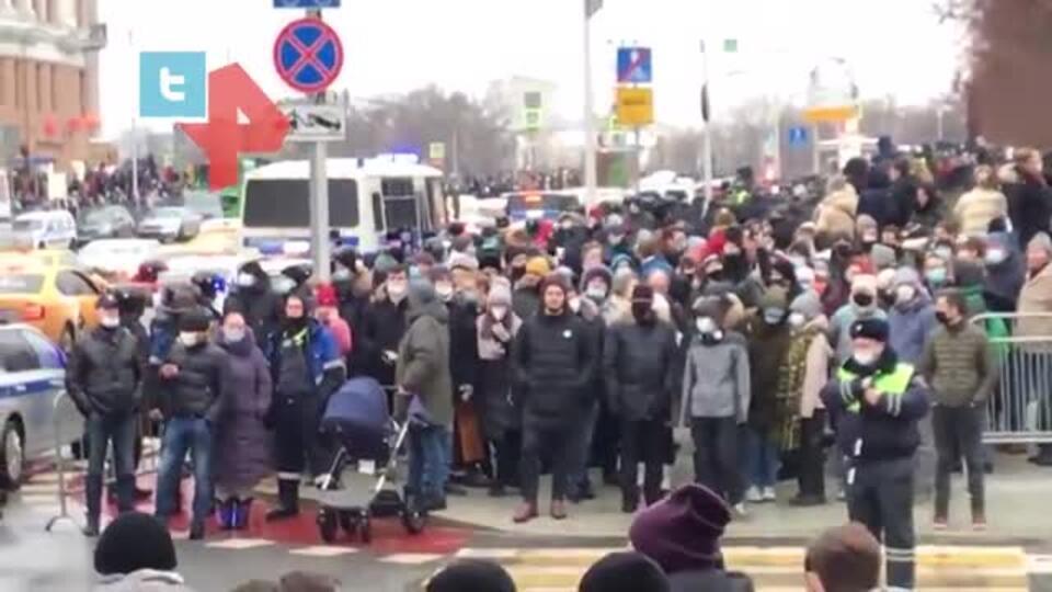 На незаконном митинге в Москве заметили мужчину с коляской