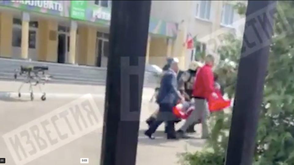 Видео первых минут после стрельбы в школе в Казани