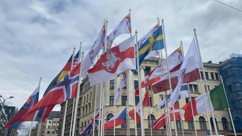 Флаг Белоруссии поменяли на оппозиционный в Риге