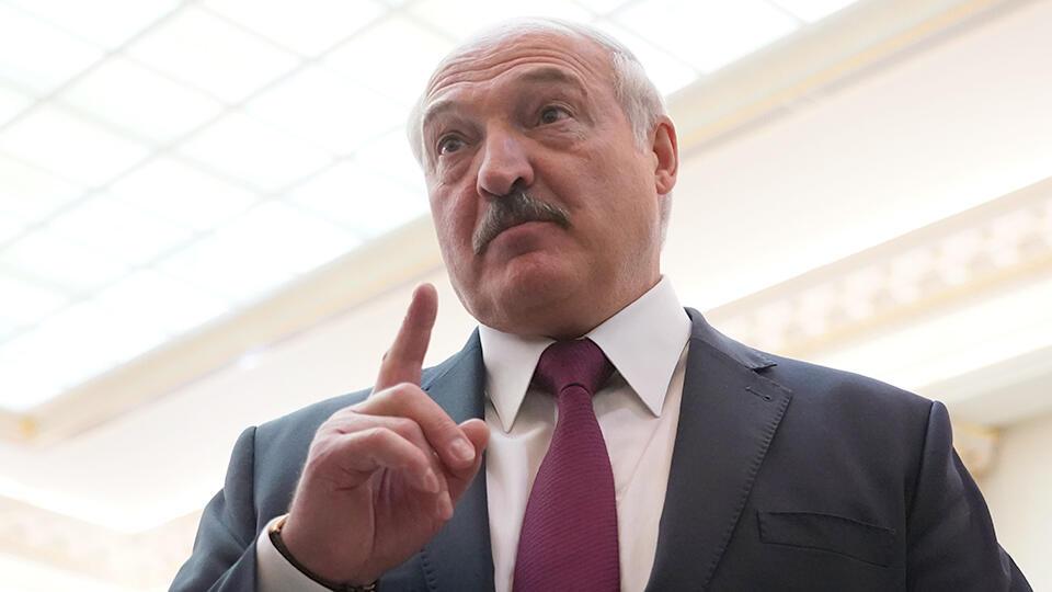 Лукашенко пригрозил правительству отставкой из-за средств защиты