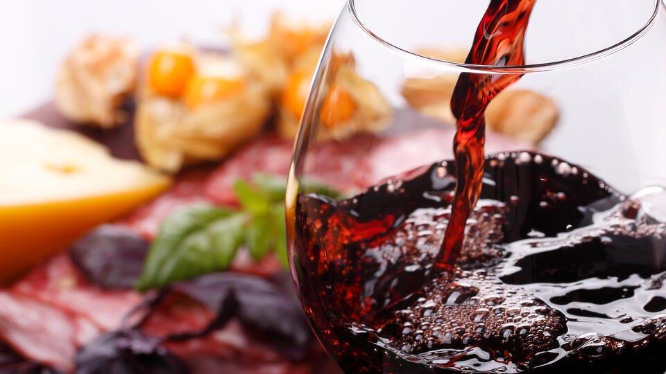"""Гастроэнтеролог назвала """"безопасную дозу"""" алкоголя при болезнях ЖКТ"""