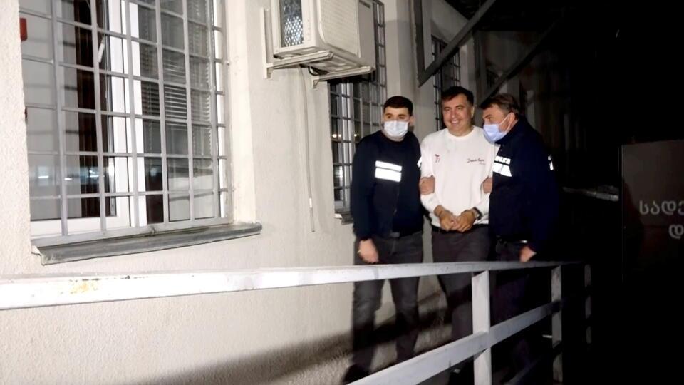 Сбросивший за голодовку в тюрьме 12 кило Саакашвили начал есть мед