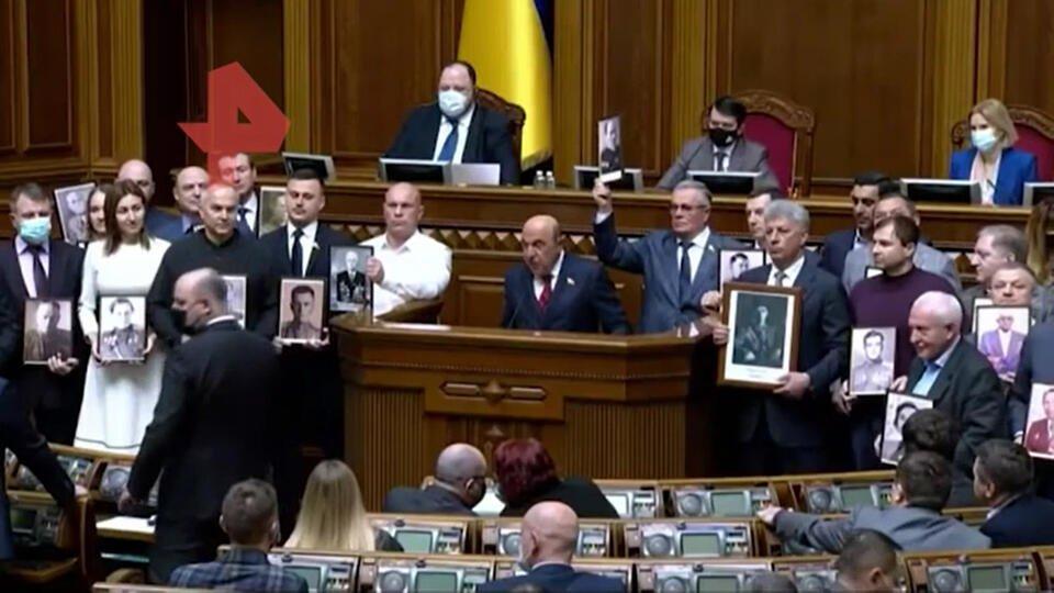 """Украинские депутаты провели """"Бессмертный полк"""" в Верховной раде"""