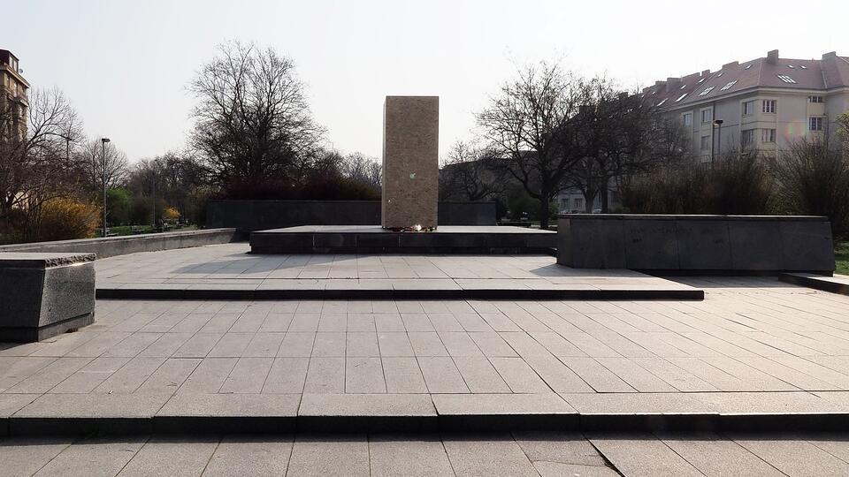 Шойгу попросил главу Минобороны Чехии передать России памятник Коневу