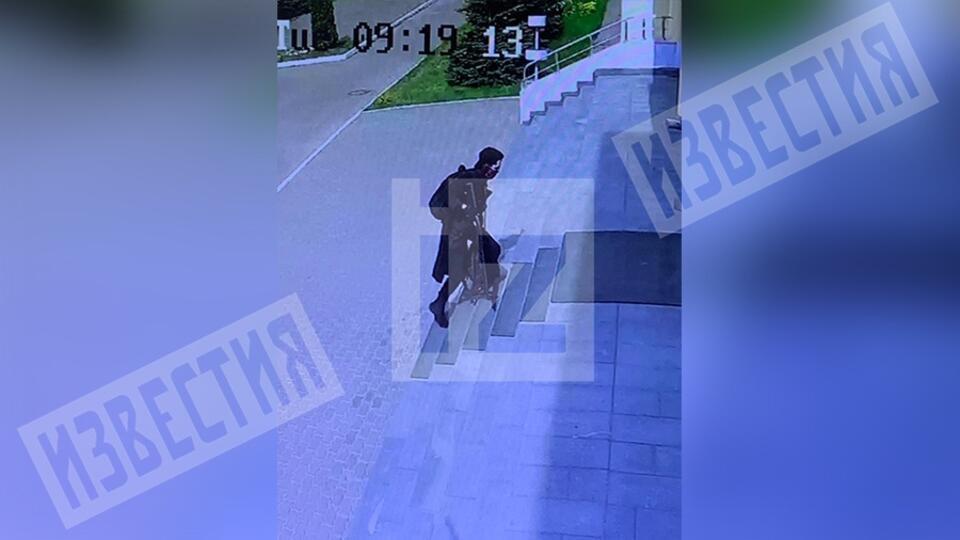 Камеры сняли, как открывший стрельбу в Казани ворвался в школу