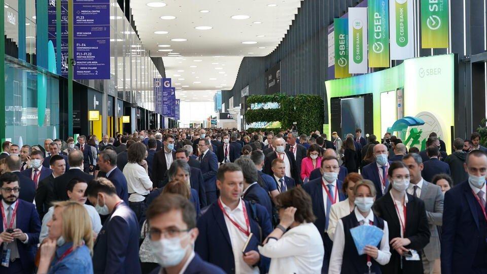 Около трех тысяч иностранных участников очно посетили ПМЭФ