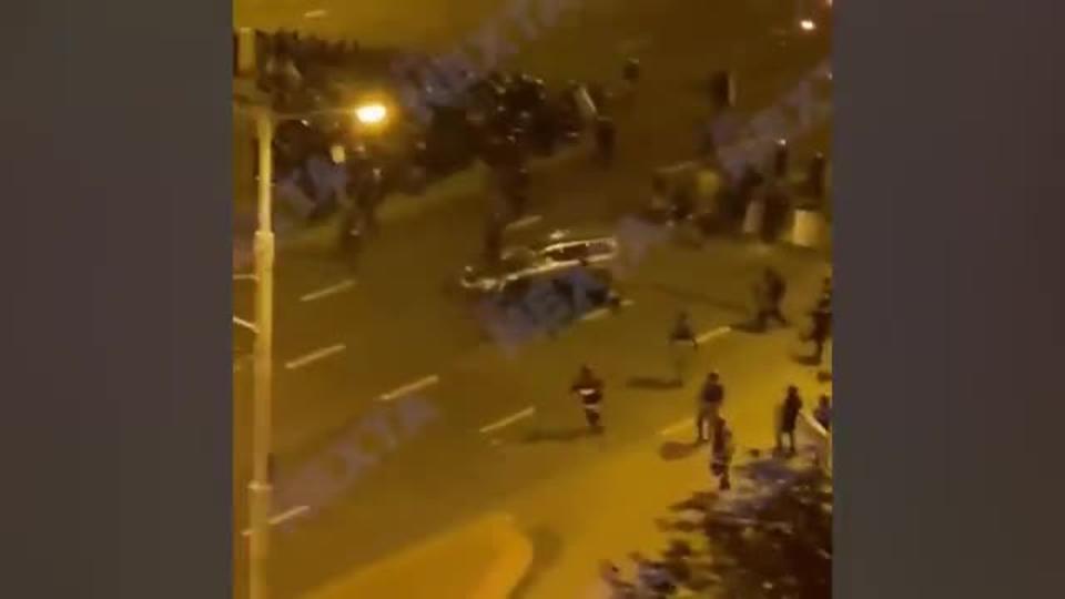 Видео: протестующие в Минске таранят силовиков на легковых автомобилях