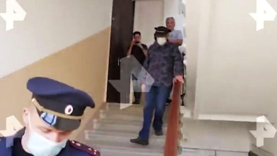 Видео: захромавшего Ефремова доставили в суд