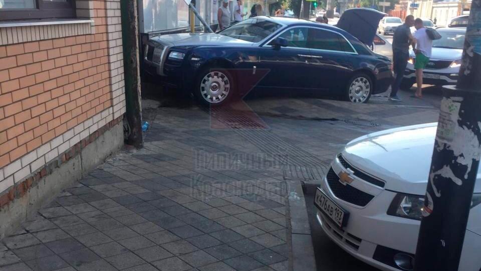 Бизнесмен на Rolls-Royce снес велосипедиста в Краснодаре
