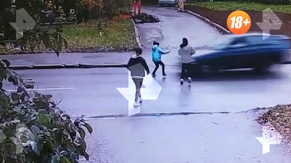 Машина сбила перебегающую дорогу девочку в Петербурге
